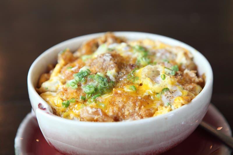 Katsudon - il tonkatsu fritto nel grasso bollente della cotoletta della carne di maiale impanato giapponese ha completato con l'u fotografia stock