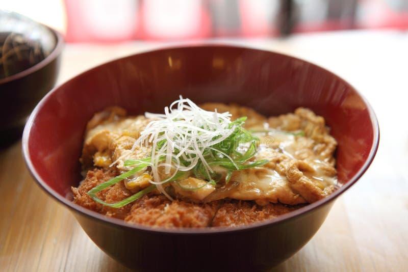 Katsudon - le tonkatsu cuit à la friteuse de côtelette de porc pané par Japonais a complété avec l'oeuf images libres de droits