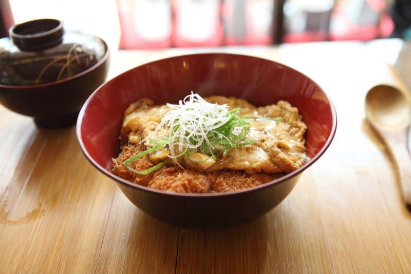 Katsudon - le tonkatsu cuit à la friteuse de côtelette de porc pané par Japonais a complété avec l'oeuf images stock