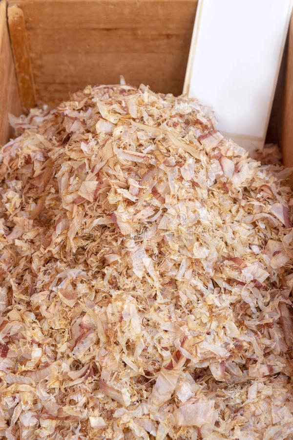 katsuobushi/пеламида & x28; shavings сушат fish& x29 тунца; в деревянной коробке для стоковая фотография rf