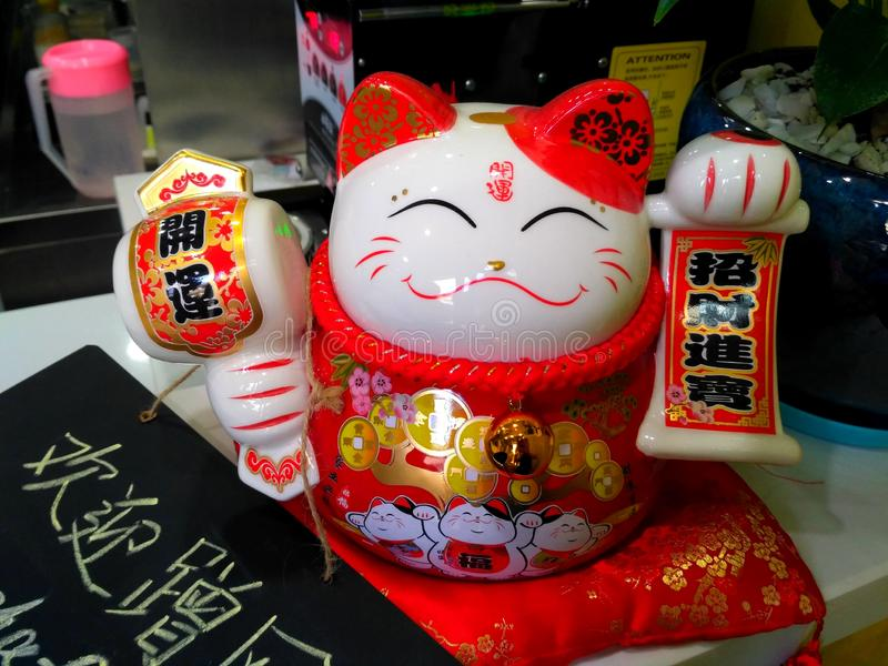 Katt för japanManeki neko i en kinesisk restaurang arkivbilder