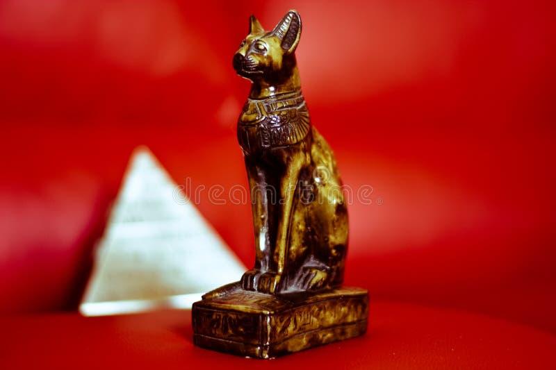 Katten och pyramidsymbolet av forntida Egypten arkivfoto