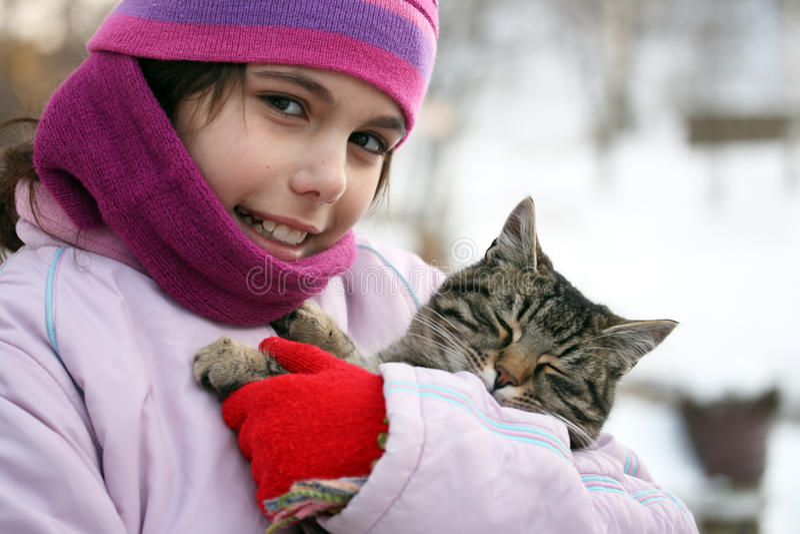katten omfamnar flickan royaltyfria foton