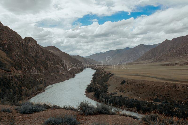 Katun河在一个夏日,在阿尔泰,山河的旅行 免版税库存照片