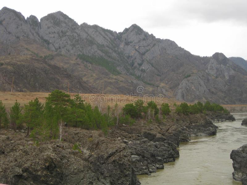 Katun traverse les chaînes de montagne d'Altai siberia images stock