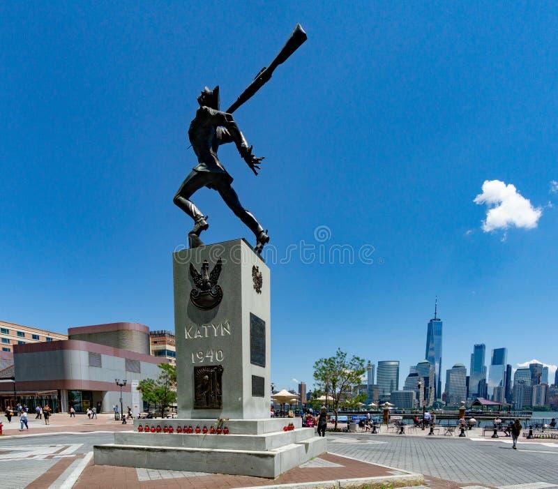 """KatyÅ """"pomnik w Jersey City z widokiem na NYC w odległości zdjęcia stock"""