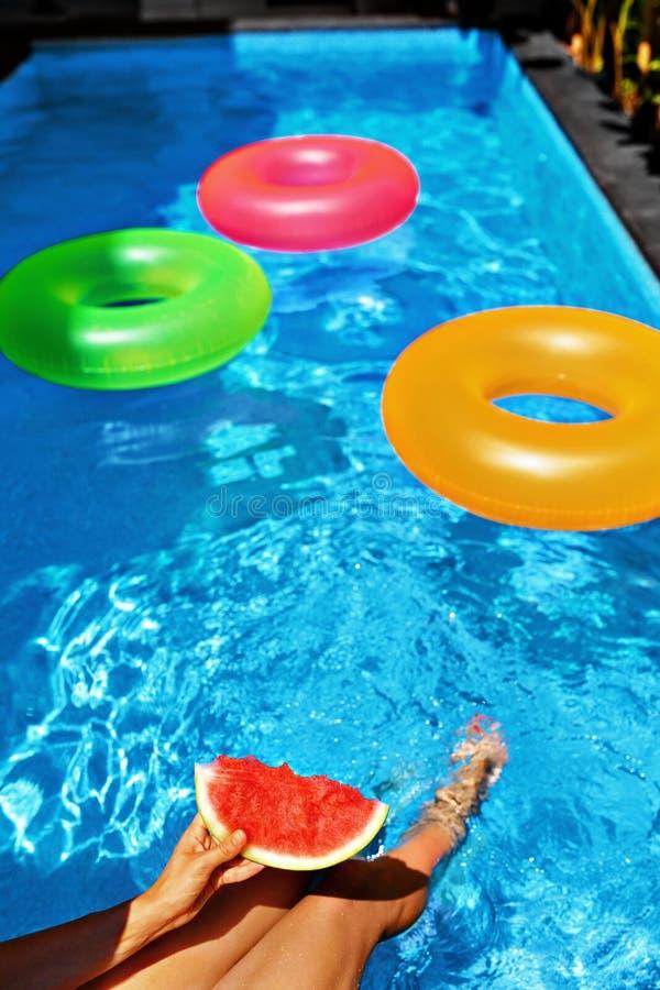katya krasnodar夏天领土假期 乐趣夏令时 由游泳池的西瓜 果子 免版税库存图片