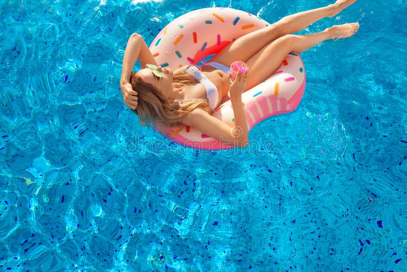 katya krasnodar夏天领土假期 比基尼泳装的妇女在温泉游泳池的可膨胀的多福饼床垫 在蓝色海的海滩 免版税图库摄影