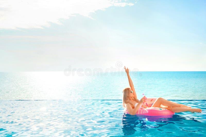 katya krasnodar夏天领土假期 比基尼泳装的妇女在温泉游泳池的可膨胀的多福饼床垫 图库摄影