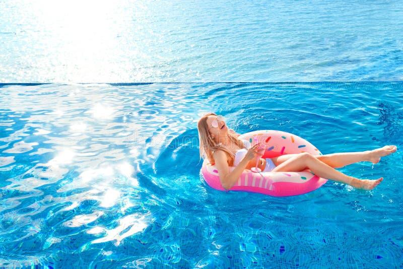 katya krasnodar夏天领土假期 比基尼泳装的妇女在温泉游泳池的可膨胀的多福饼床垫 库存照片