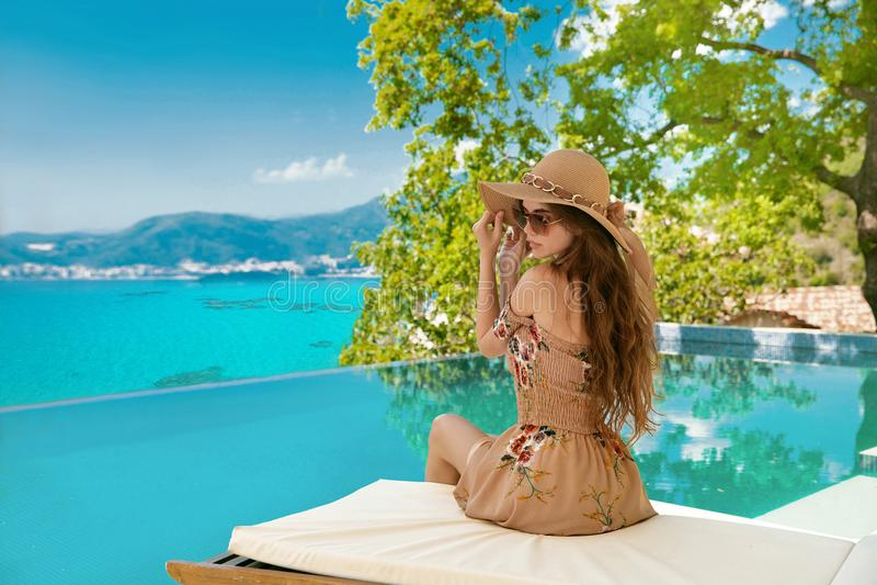 katya krasnodar夏天领土假期 海滩帽子的美丽的妇女享受海视图的 库存图片