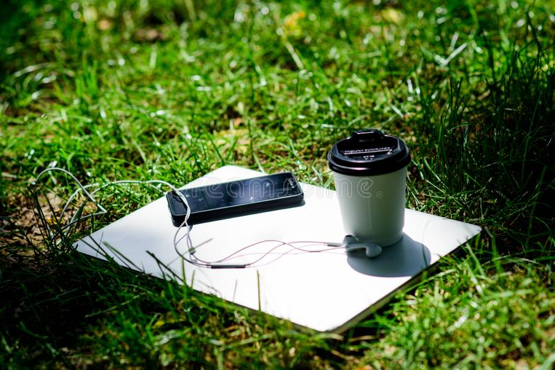 katya lata terytorium krasnodar wakacje Pracuje i relaksuje w naturalnym środowisku Sw?j kawowy czas Kawowy bierze daleko od Lapt zdjęcie royalty free