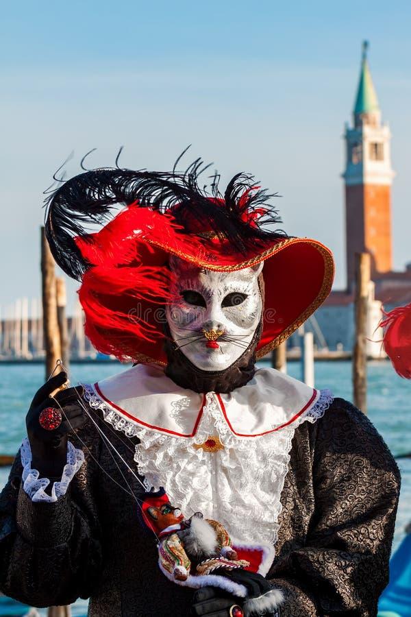 Katze gekleideter Teilnehmer auf venetianischem Karneval stockfoto