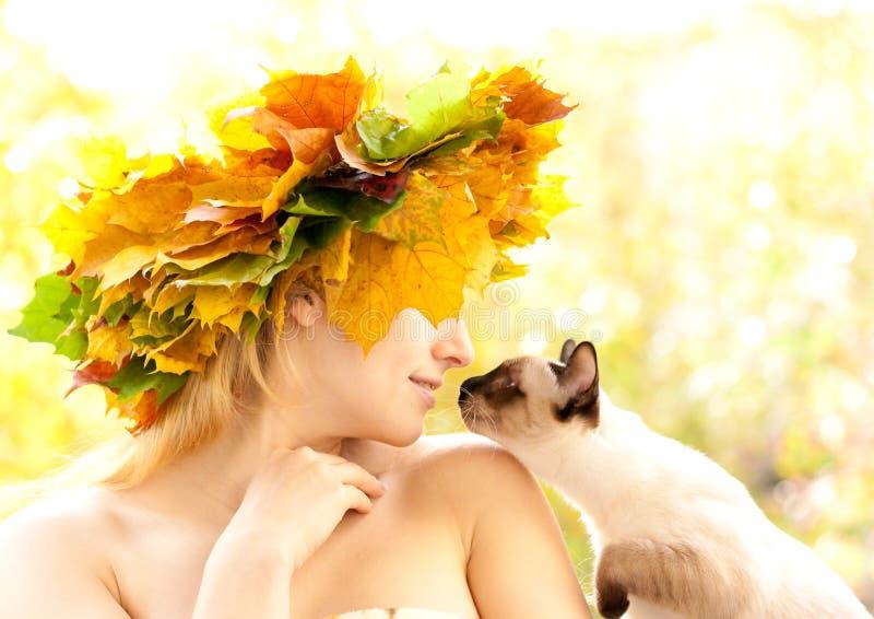 Katze und Herbstnymphe lizenzfreie stockfotos