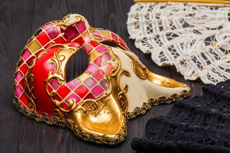 Katzenkarnevalsmaske und -fan auf der Tabelle, bereit zu tragen lizenzfreie stockfotos