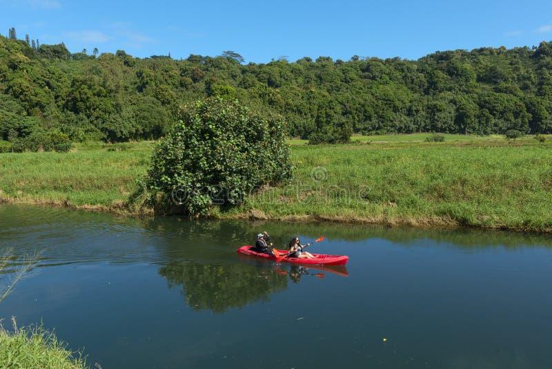KAUAI, HAWAJE, usa - GRUDZIEŃ 29, 2014: kayaking przy wailua rzeką fotografia stock