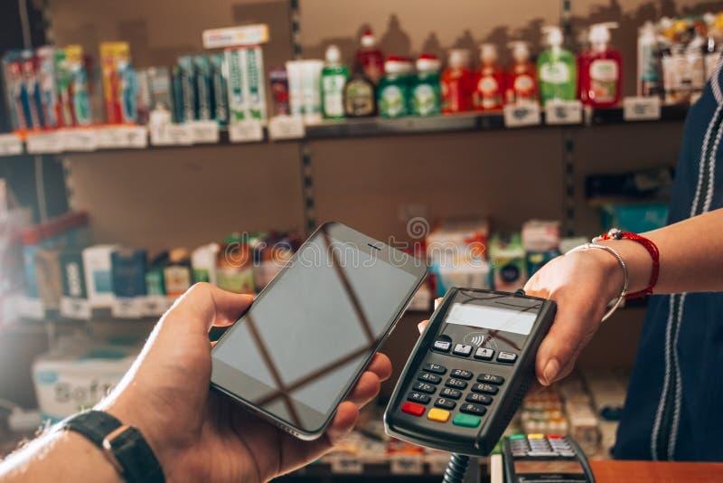 Kauf und Zahlung für Waren unter Verwendung NFC lizenzfreies stockfoto