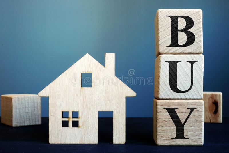 Kauf von den Würfeln und vom Holzhaus Eigentumskaufen stockfotografie