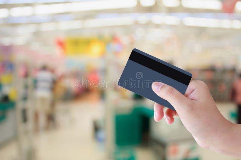 Kaufen mit Kreditkarte im Supermarkt lizenzfreie stockbilder