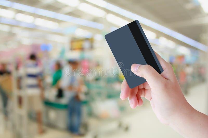 Kaufen mit Kreditkarte im Supermarkt lizenzfreie stockfotos