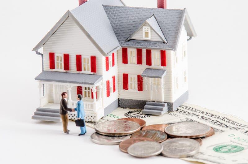 Kaufen Sie oder verkaufen Sie ein Haus lizenzfreies stockbild