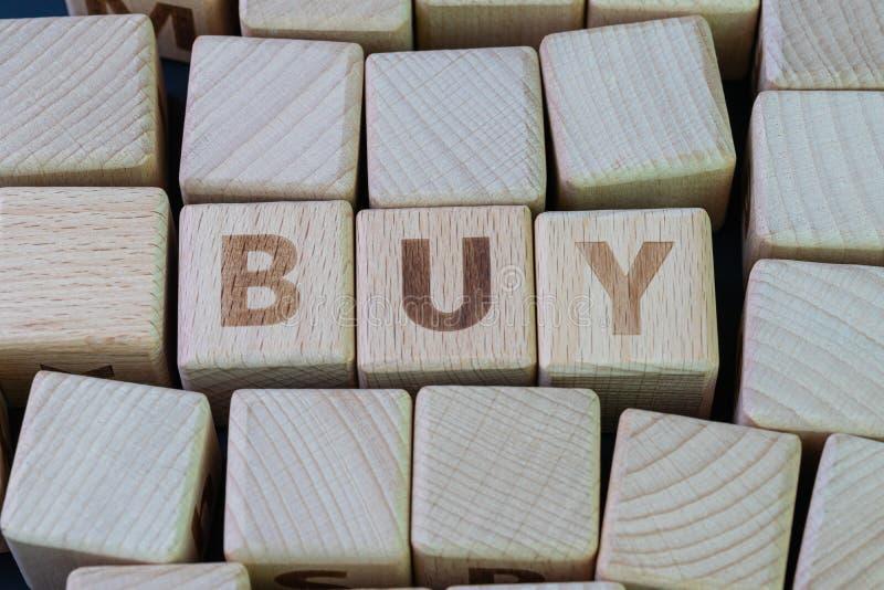 Kaufen und verkaufen für den Konsumerismus, Geld ausgeben, um neue Produkte Konzept, Würfel Holzblock mit Alphabet kombinieren da stockbilder