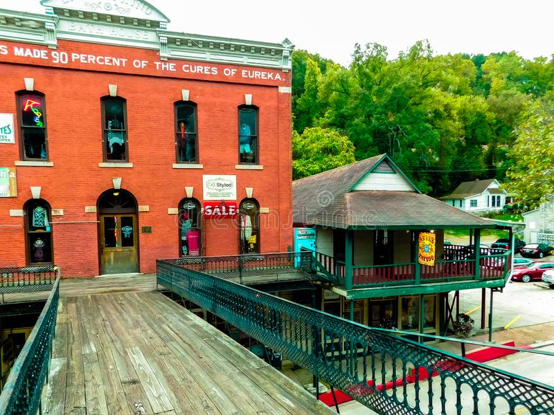 Kaufend in im Stadtzentrum gelegenem historischem Eureka Springs, ist Arkansas eine mehrstufige Übung stockfotografie