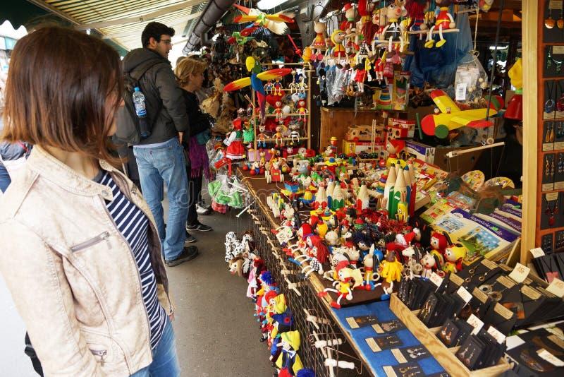 Kaufende Andenken der jungen Frau im Souvenirladen lizenzfreie stockfotos