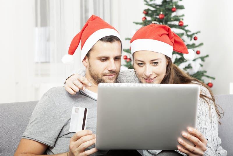 Kaufende anwesende on-line-Geschenke des glücklichen Paars lizenzfreie stockfotografie