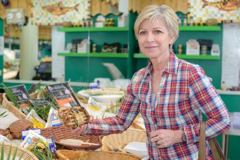 Kaufende Früchte der Mittelalterfrau am Marktplatz stockfotografie