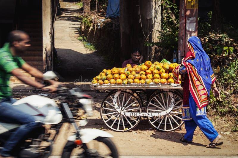 Kaufende Frucht der Frau in der indischen Stadt lizenzfreie stockbilder