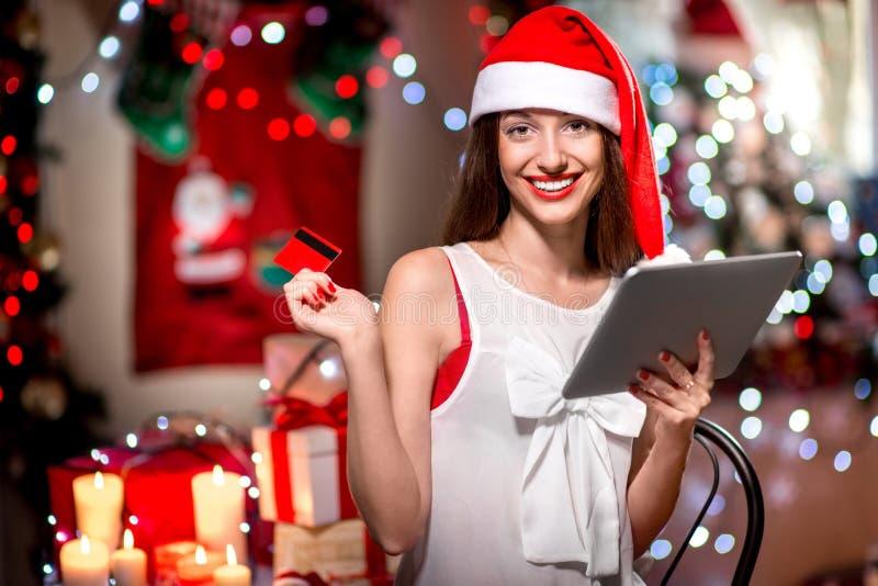 Kaufende Geschenke der jungen Frau mit Kreditkarte an lizenzfreie stockbilder