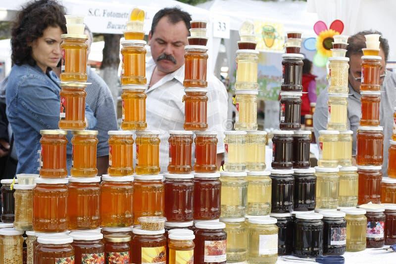 Kaufende Honigprodukte stockfoto