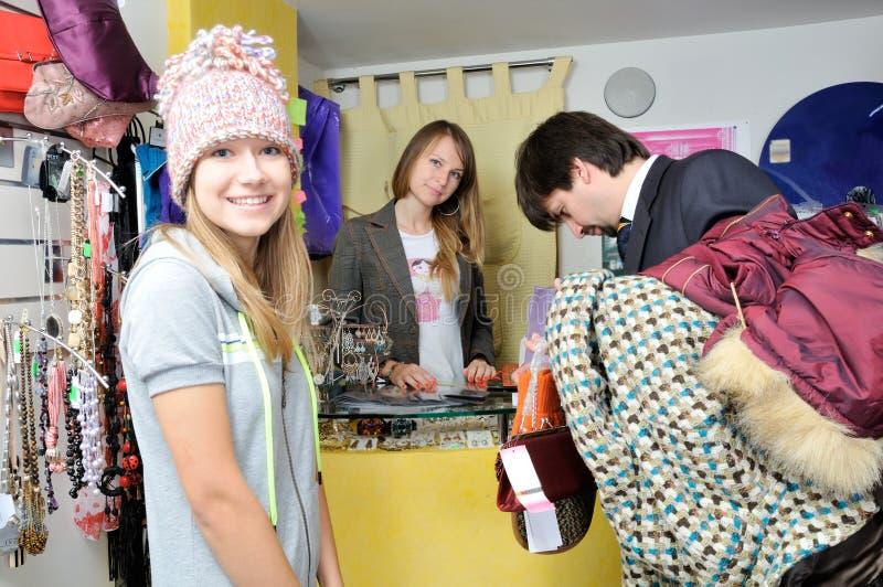 Kaufende Kleidung des Mannes zum jungen Mädchen stockbilder