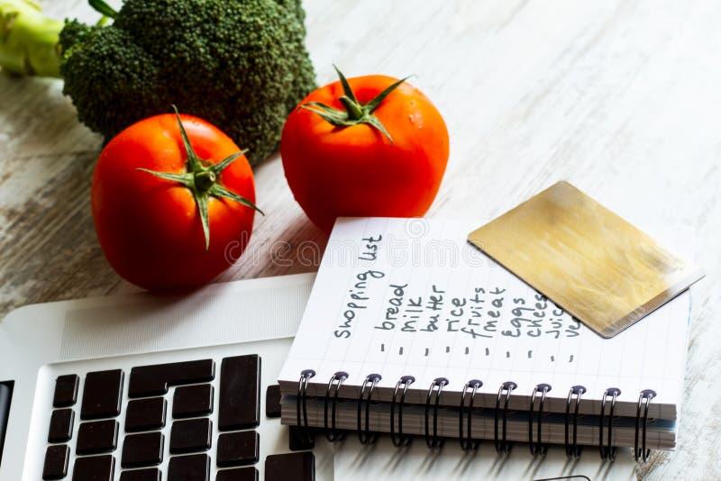 Kaufende Lebensmittelgeschäfte auf Linie lizenzfreies stockfoto