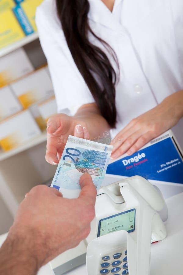 Kaufende Medizin an der Apotheke lizenzfreie stockfotografie