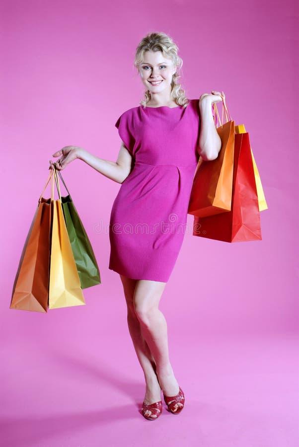 Kaufende reizvolle Frau stockbild