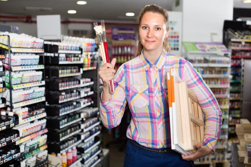 Kaufende verschiedene Versorgungen der Frau im Kunstspeicher stockbild