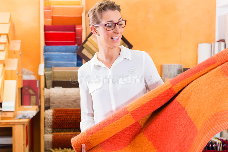 Kaufende Wolldecke oder Mit Teppich auslegen des Innenarchitekten stockfotografie
