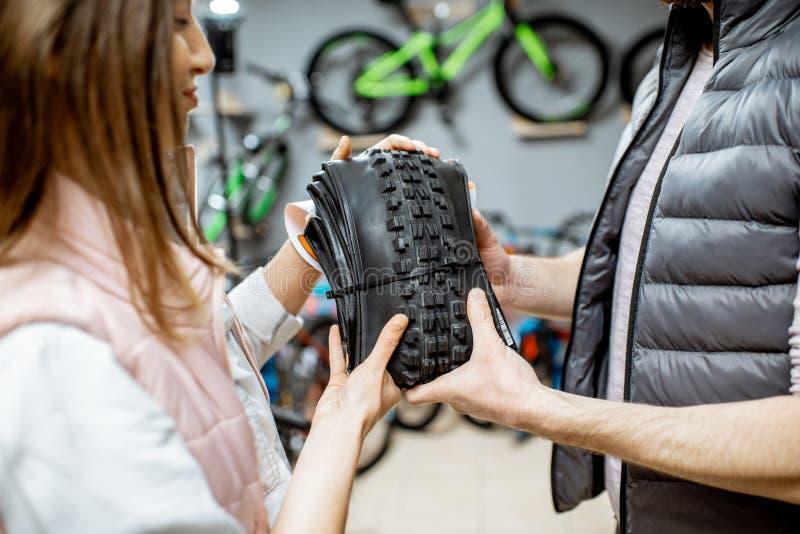 Kaufender neuer Fahrradreifen im Geschäft stockfotos
