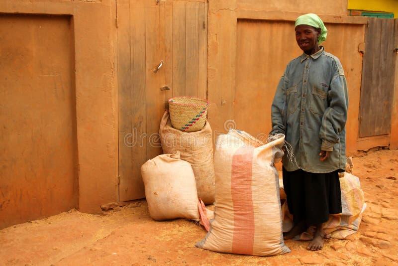 Kaufender Reis der Frau stockbild