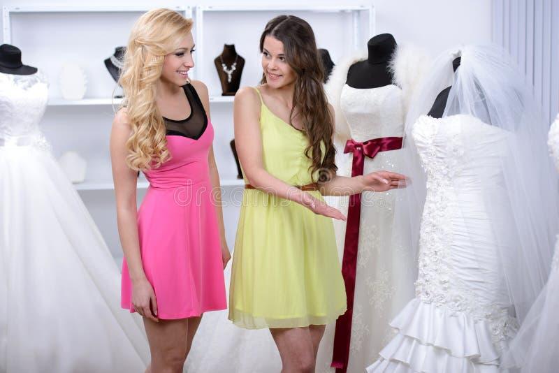 Kaufendes Hochzeits-Kleid lizenzfreie stockfotos