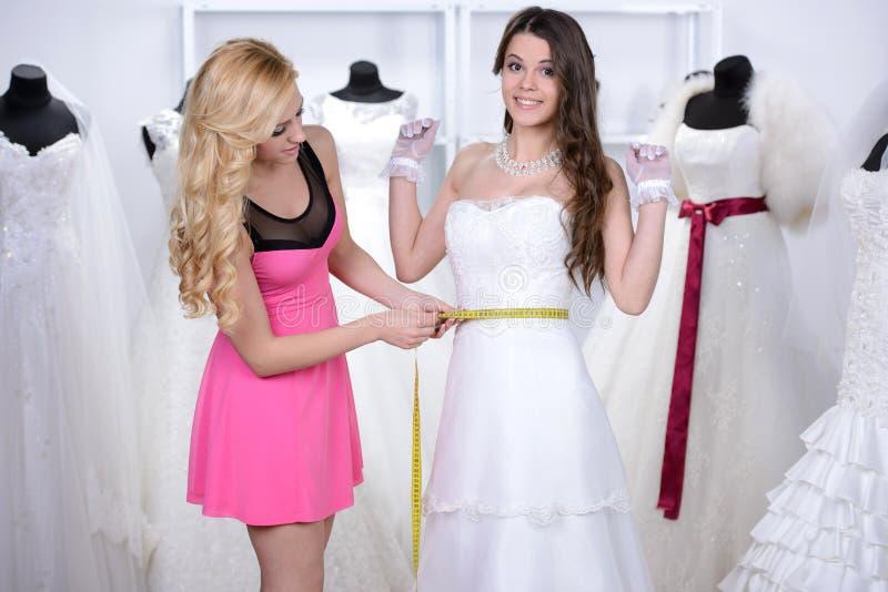 Kaufendes Hochzeits-Kleid lizenzfreie stockbilder