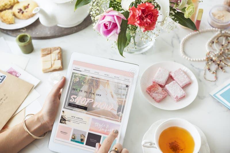 Kaufendes on-line-Tablet-Frauen-Käufer-Konzept lizenzfreie stockfotos