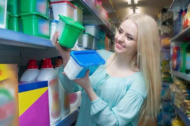 Kaufendes Parfüm des blonden Mädchens im Duftabschnitt des Supermarktes stockbild