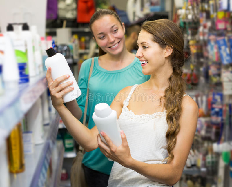 Kaufendes Shampoo des Mädchens lizenzfreie stockfotografie