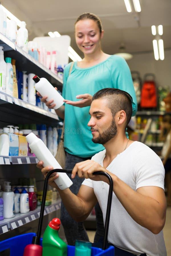 Kaufendes Shampoo des Mannes lizenzfreies stockbild
