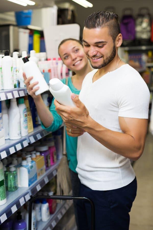 Kaufendes Shampoo des Mannes lizenzfreies stockfoto