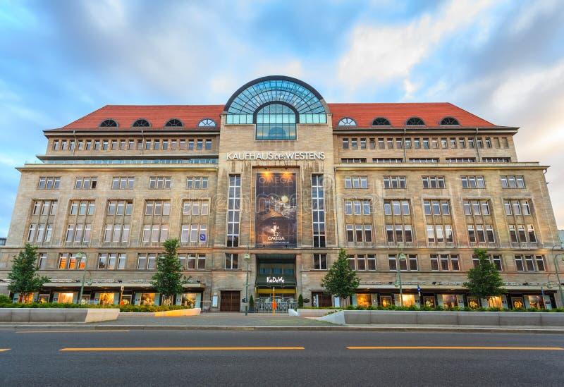 Kaufhaus des Westens eller Kadewe varuhus, Berlin, Tyskland fotografering för bildbyråer