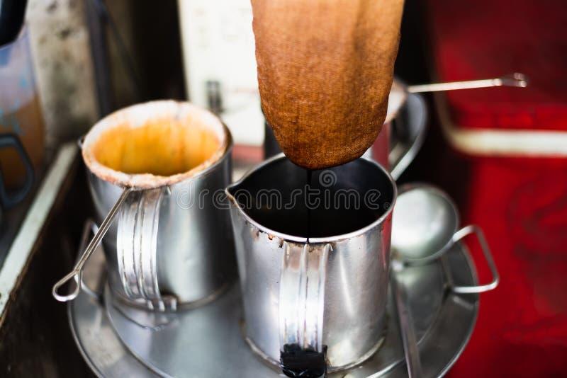 Kaufleute, die thailändischen Artkaffee auf seinem kleinen Geschäft machen lizenzfreie stockfotos